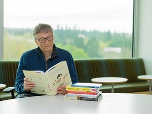 Бил Гейтс чете книга.